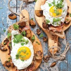Broodje ei met champignonmix en kruiden
