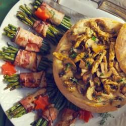 Feestelijk gevuld brood met ragout en champignons