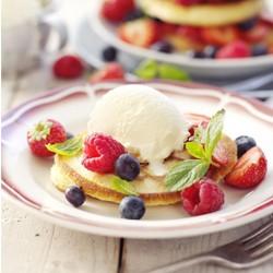 Pannenkoekjes met fruit en ijs